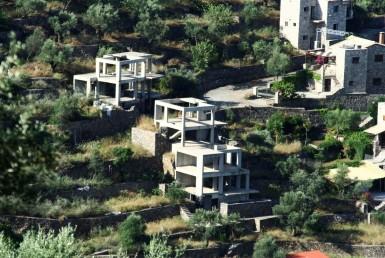 Τρία ημιτελή παραδοσιακά σπίτια στο Φαράγγι της Σάντοβας